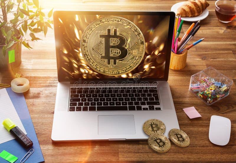 Bitcoin guld- mynt med bärbara datorn Faktiskt cryptocurrencybegrepp royaltyfri fotografi