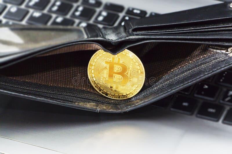 Bitcoin guld- mynt med plånboken, närbild Faktiskt cryptocurrencybegrepp fotografering för bildbyråer