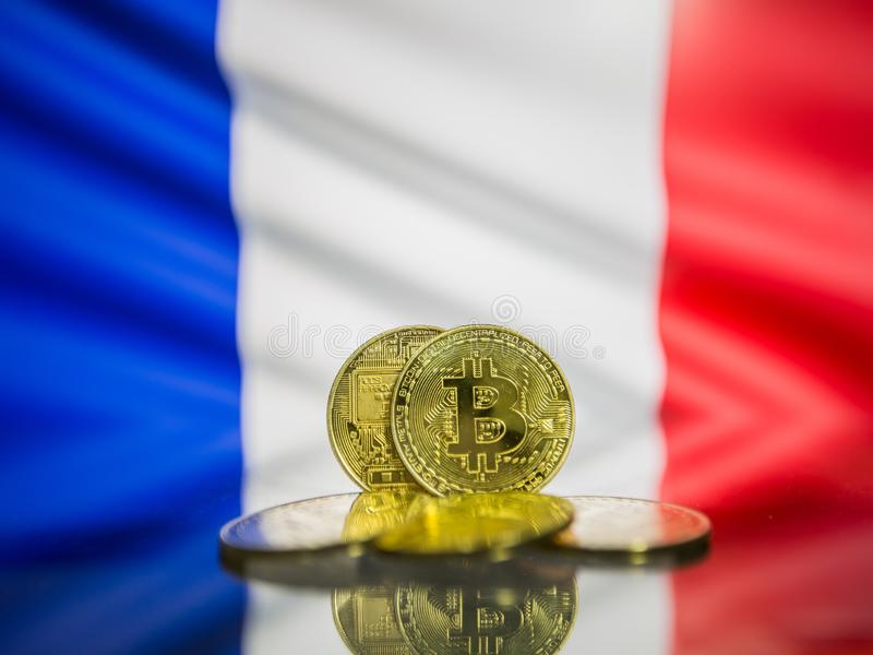 Bitcoin guld- mynt och defocused flagga av Frankrike bakgrund Faktiskt cryptocurrencybegrepp royaltyfri foto