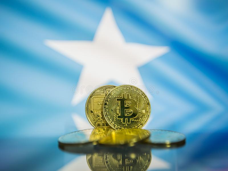 Bitcoin guld- mynt och defocused flagga av Somalia bakgrund Faktiskt cryptocurrencybegrepp royaltyfri bild