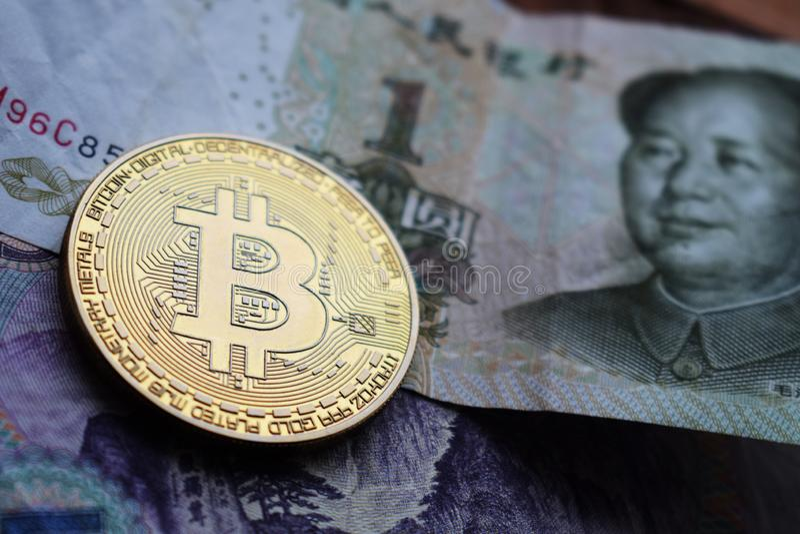 Bitcoin guld- mynt på kinesiska Yuan sedlar royaltyfri fotografi