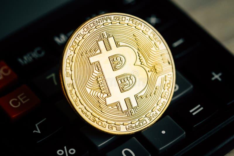 Bitcoin guld- mynt på räknemaskintangentbordet Faktiskt cryptocurrencybegrepp arkivbilder