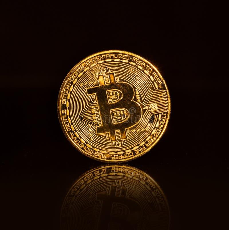 Bitcoin guld- mynt på svart bakgrund royaltyfria foton