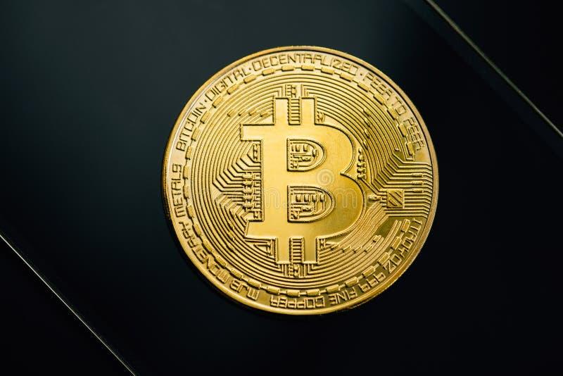 Bitcoin guld- mynt på svart bakgrund Faktiskt cryptocurrencybegrepp fotografering för bildbyråer