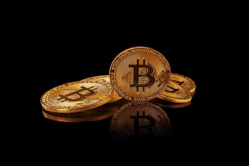 Bitcoin guld- mynt som isoleras på svart bakgrund med reflexion royaltyfri bild
