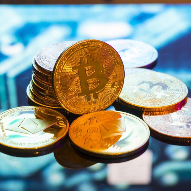 Bitcoin guld, silver och koppardefocused utskrivaven circ för mynt och royaltyfria foton