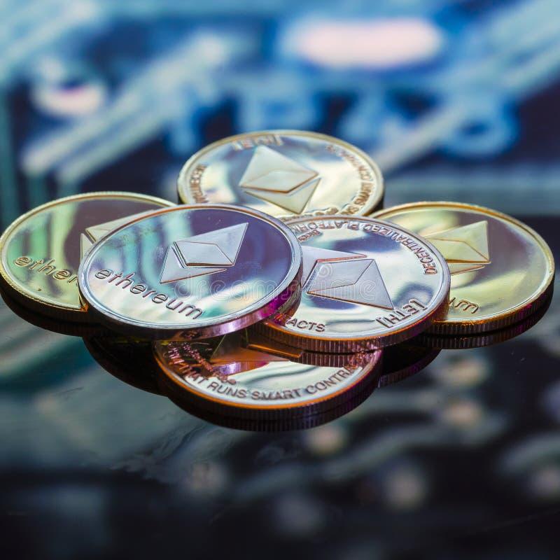 Bitcoin guld, silver och koppardefocused utskrivaven circ för mynt och royaltyfria bilder