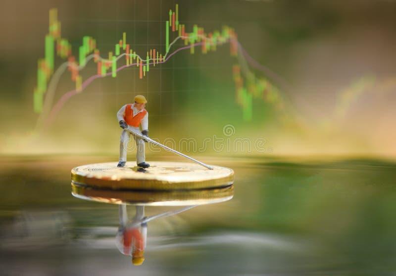 Bitcoin-Handels-Marktdaten entwerfen Devisen grafisch darstellen Brett mit den Figürchen, die Bergbau bitcoin Graben Arbeits sind stockbild