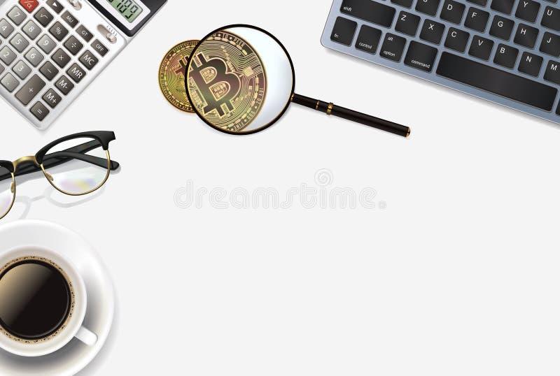 Bitcoin-Hintergrund mit realistischen Gegenständen: Taschenrechner, Tastatur, Tasse Kaffee, Gläser, bitcoin und Vergrößerungsglas stockfotografie