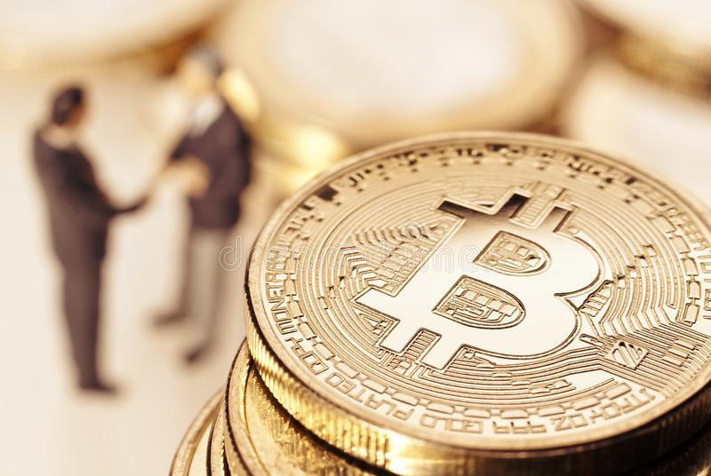 Bitcoin i biznesmeni zdjęcia stock