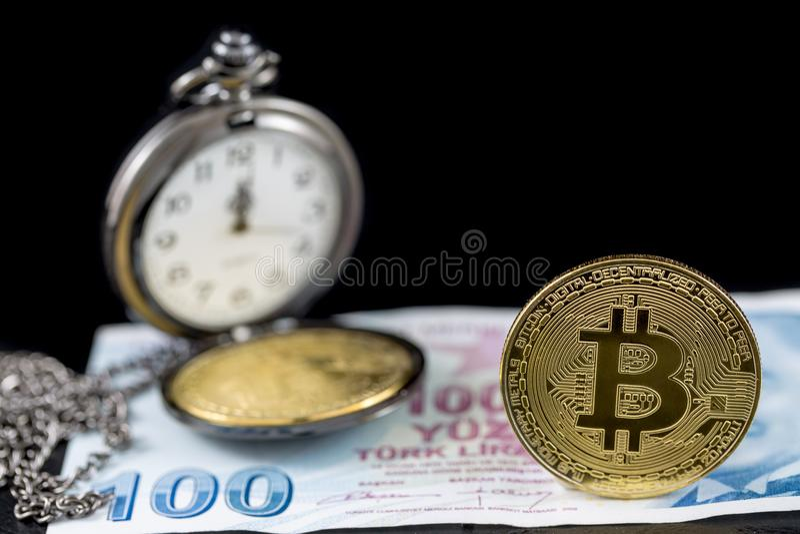 Bitcoin i kieszeniowy zegarek na sto tureckich lirach fotografia stock