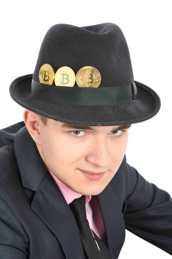 Bitcoin i a kl?dde med filt m?ns hatt som isolerades p? vit arkivbild