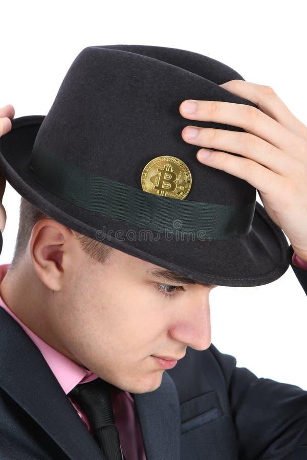 Bitcoin i a kl?dde med filt m?ns hatt som isolerades p? vit royaltyfri foto