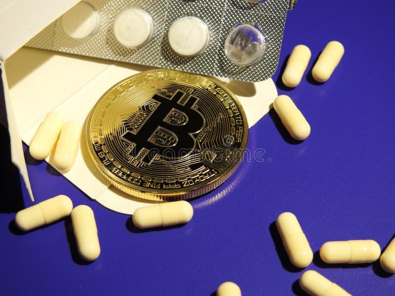 Bitcoin i pigułki zdjęcie royalty free
