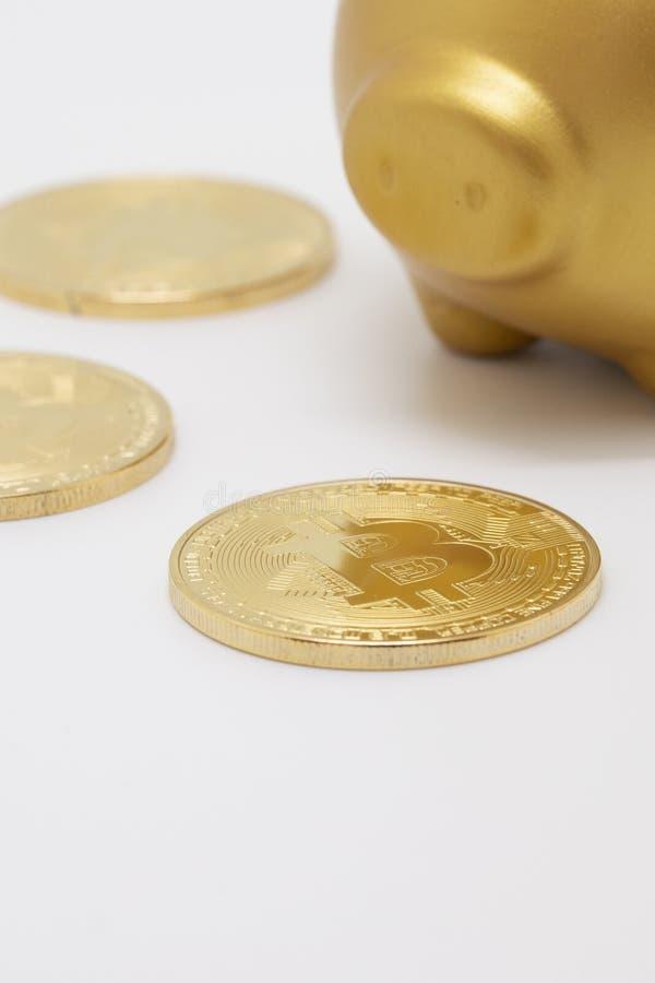 Bitcoin i prosiątka bank fotografia stock