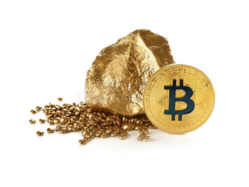 Bitcoin i złociste bryłki na białym tle zdjęcia stock