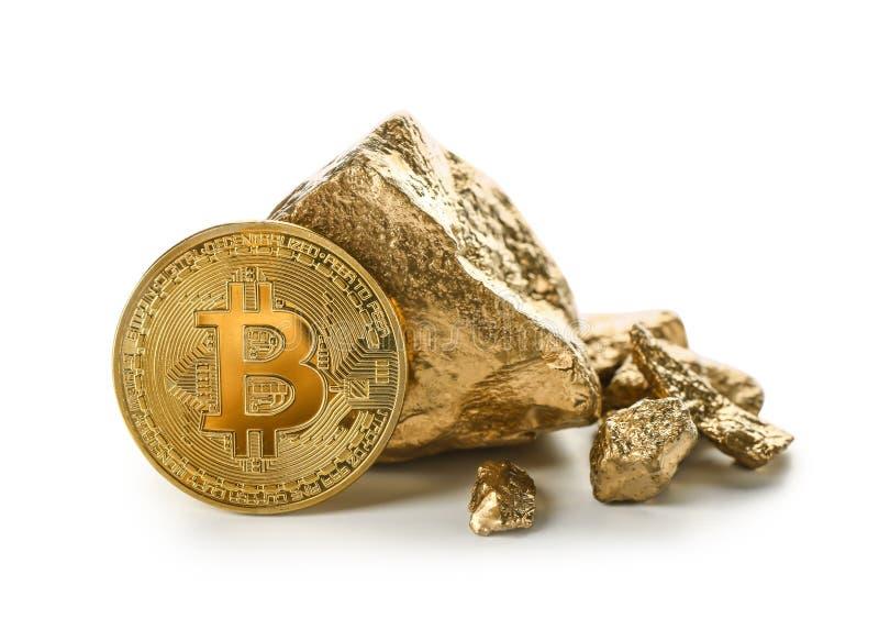 Bitcoin i złociste bryłki na białym tle obraz stock