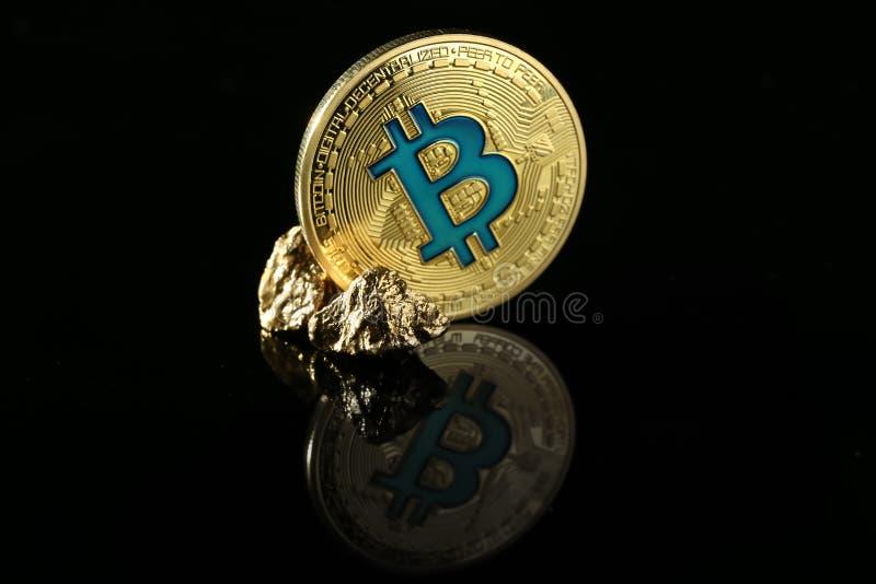Bitcoin i złociste bryłki na czarnym tle fotografia stock