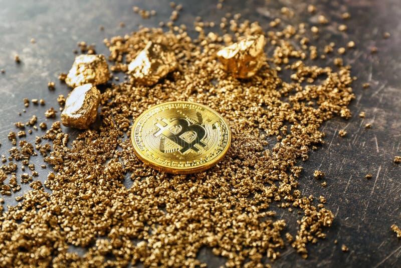 Bitcoin i złociste bryłki na popielatym tle obrazy royalty free