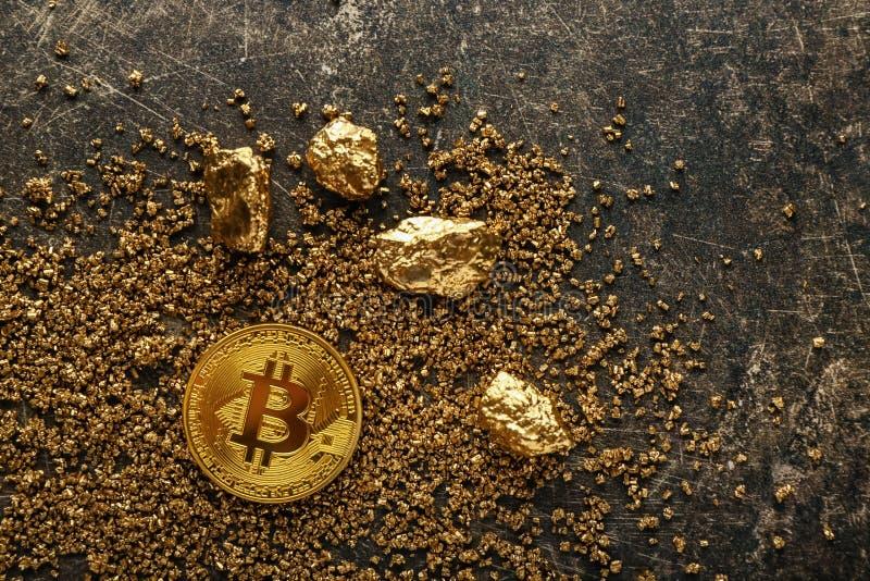 Bitcoin i złociste bryłki na popielatym tle zdjęcie stock