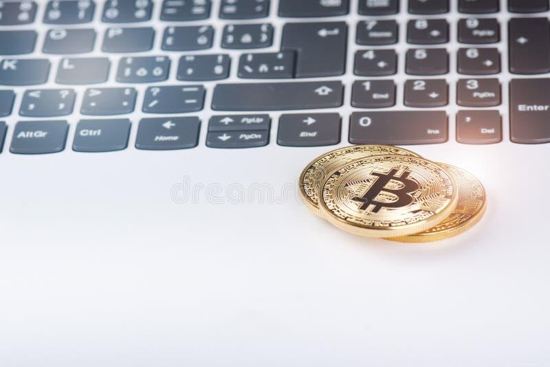 Bitcoin inventa em um teclado do portátil branco Computador Situação do investimento Moeda virtual nova A maioria de cryptocurren fotografia de stock