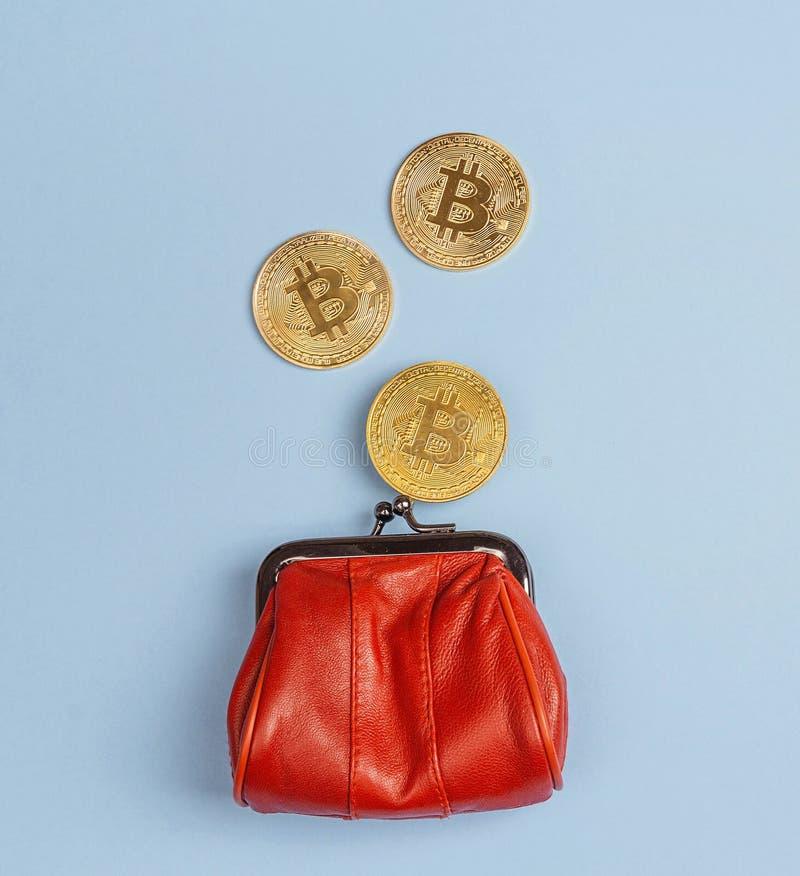 Bitcoin invente la chute dans la bourse rouge d'argent sur le fond bleu Di photo stock