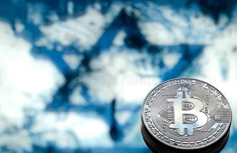 Bitcoin invente sur le fond du drapeau israélien, le concept images stock
