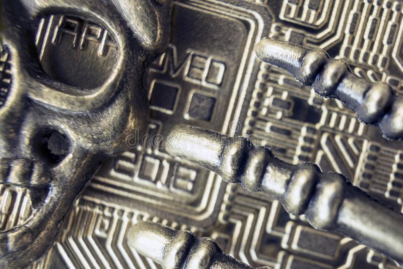 Bitcoin-2018 ist kratzend piraterie Das Metallgesicht des Piratenskeletts und der Knochen der Finger auf dem Hintergrund der Rück stockfotografie