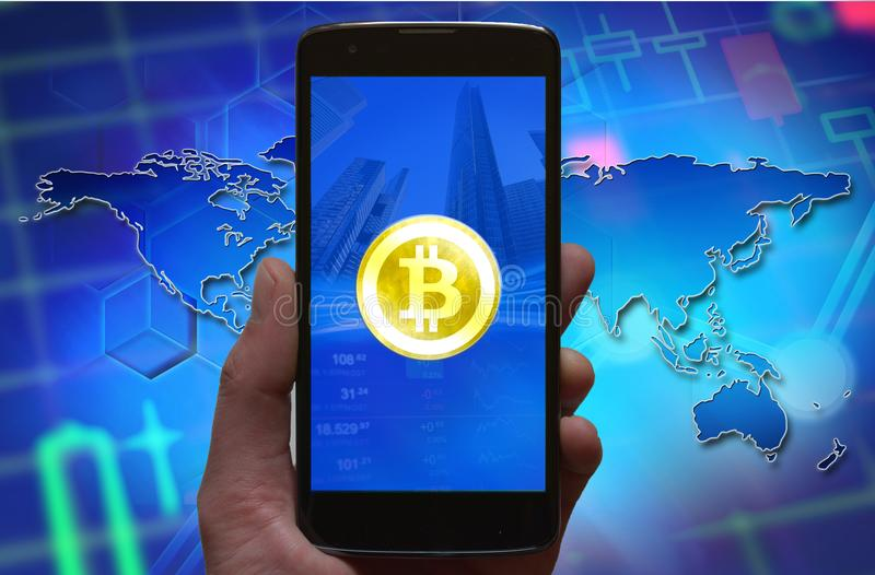 Bitcoin-Konzepttapete Symbol Cryptocurrency Bitcoin am Smartphoneschirm, Telefon in der Hand stockbild