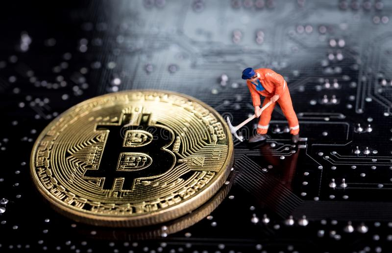 Bitcoin kopalnictwa miniatury pracownik, mały postaci mienia mattock di fotografia stock