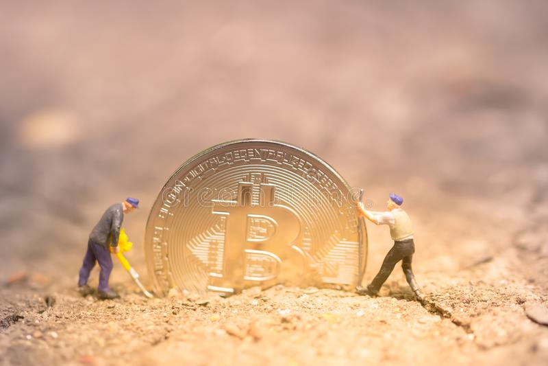 Bitcoin kopalnictwo Wirtualnego cryptocurrency g?rniczy poj?cie pranie brudnych pieni?dzy bitcoin obraz stock