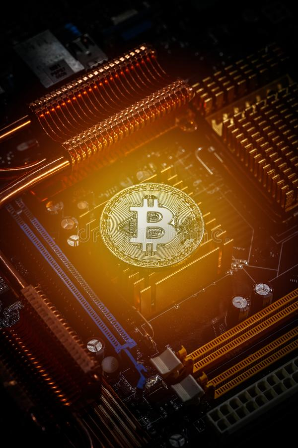 Bitcoin ligt op motherboard royalty-vrije stock foto's