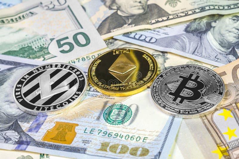 Bitcoin, litecoin en ethereummuntstuk op dollar en euro rekeningen Cryptocurrencyachtergrond stock foto