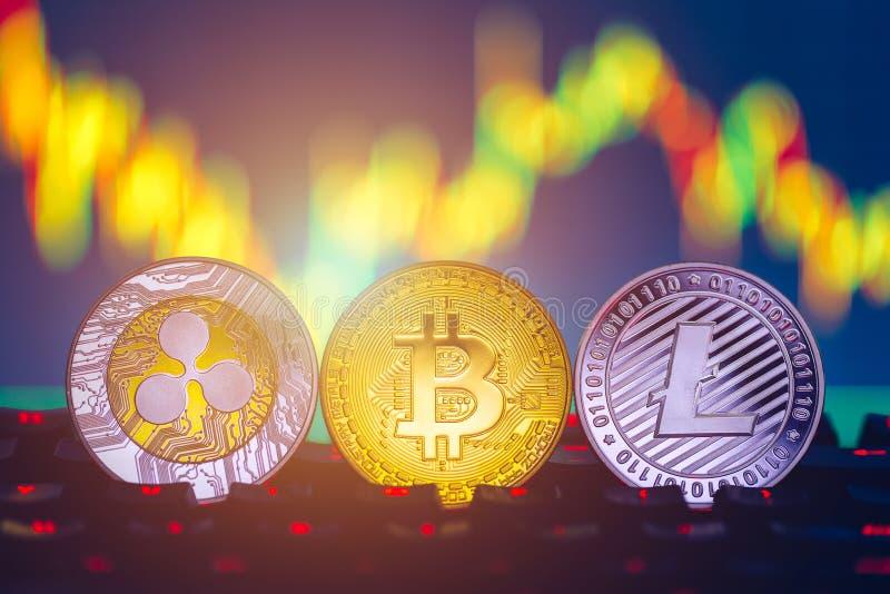Bitcoin, litecoin en het geld van de muntfinanciën van rimpelingsmuntstukken op de achtergrond van de grafiekgrafiek Bitcoin als  royalty-vrije stock afbeeldingen