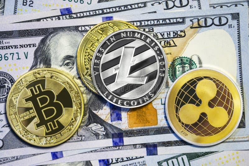 Bitcoin, litecoin i czochry moneta na dolarowych rachunkach, Cryptocurrency tło fotografia stock