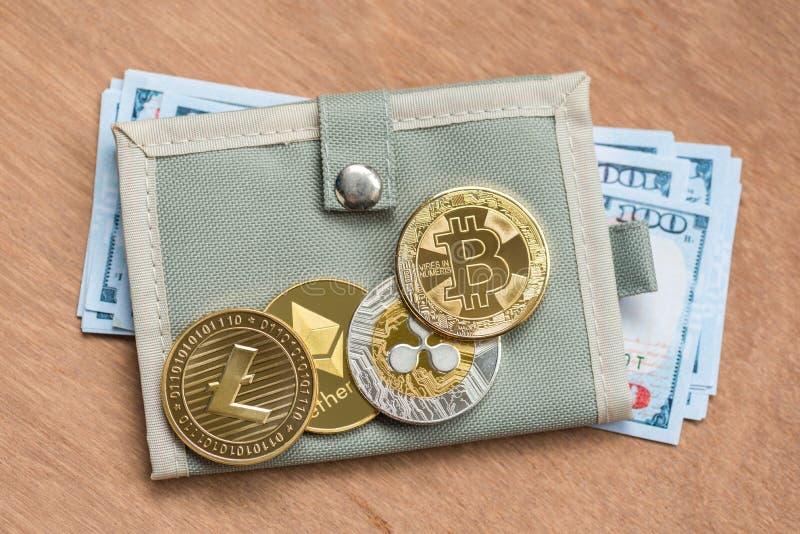 Bitcoin, litecoin, ondulation et ethereum de Crytocurrency sur le portefeuille photos stock