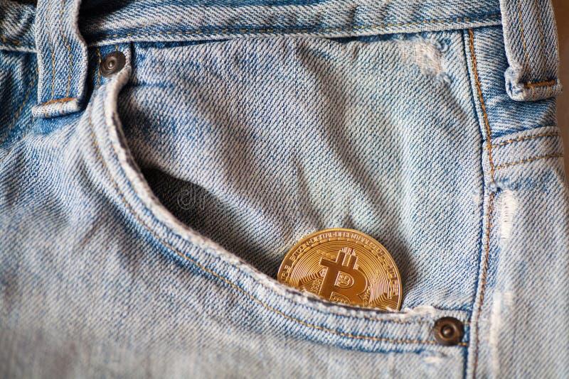 Bitcoin loga złocistej monety kopyto_szewski bitcoin symbol crypto waluty i technologii blockchain blokowy łańcuch zdjęcia stock