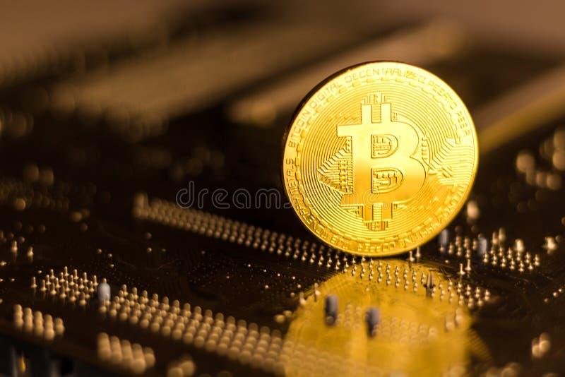 Bitcoin-Münze auf der Rückseite eines PC-Motherboards lizenzfreie stockfotos