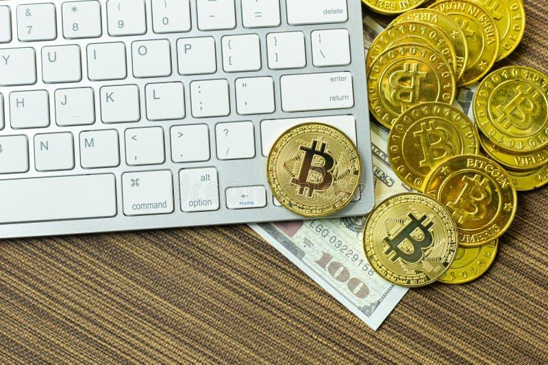 Bitcoin-Münze auf silberner Tastatur für cryptocurrency Inhalt stockfotos