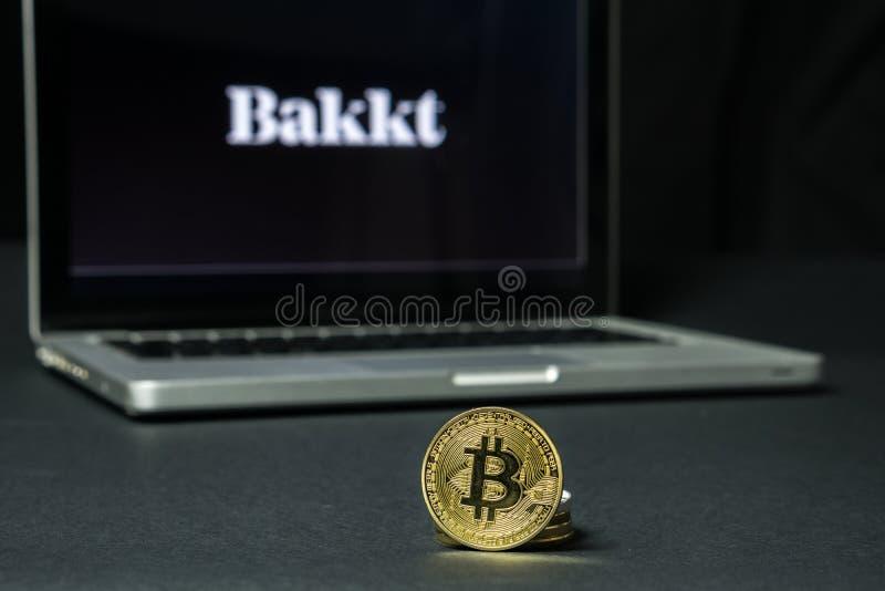 Bitcoin-Münze mit dem Bakkt-Logo auf einem Laptopschirm, Slowenien - 23. Dezember 2018 lizenzfreie stockfotos