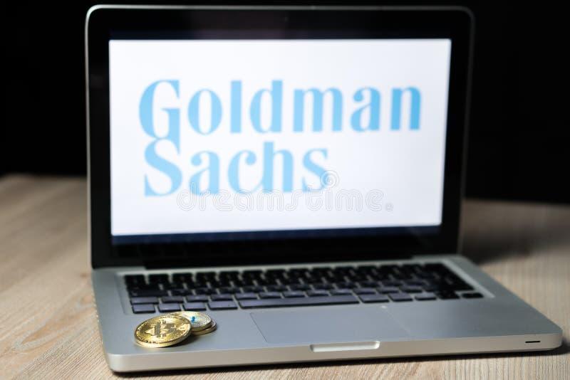 Bitcoin-Münze mit dem Goldman- Sachslogo auf einem Laptopschirm, Slowenien - 23. Dezember 2018 lizenzfreie stockbilder