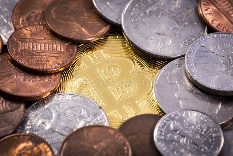 Bitcoin-Münze unter Centmünzen Vereinigter Staaten US stockbild