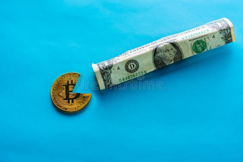Bitcoin mangeant le dollar images libres de droits