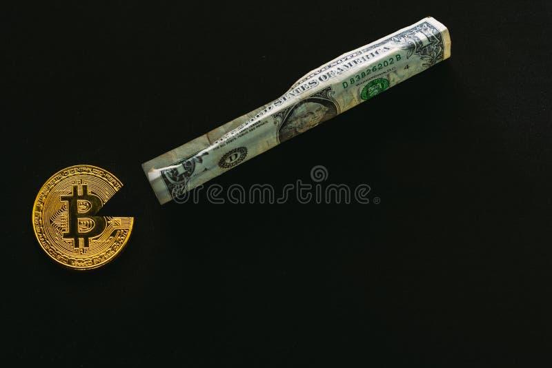 Bitcoin mangeant le dollar photo libre de droits