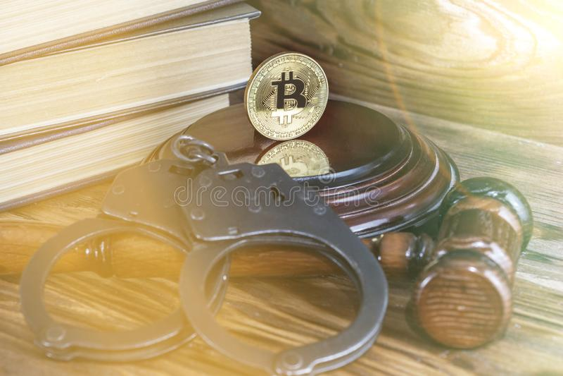 Bitcoin, marteau du juge, menottes Interdiction du bitcoins, violation de la loi images stock