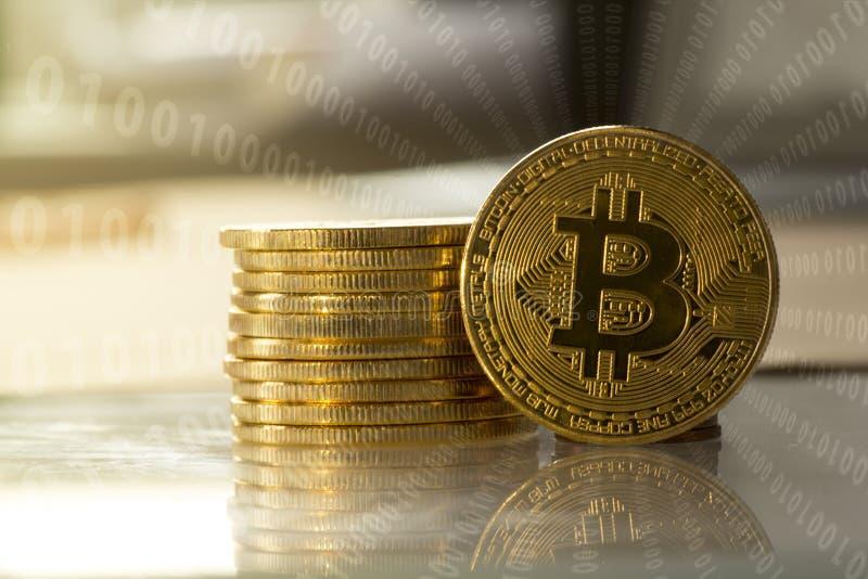 Bitcoin med binära koder royaltyfri foto