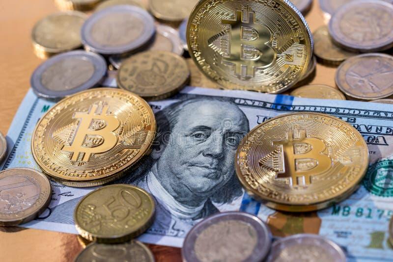 Bitcoin med dollarsedeln royaltyfria bilder
