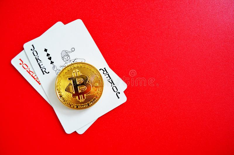 Bitcoin med joker som spelar kort arkivfoto