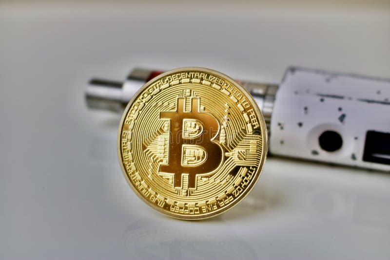 Bitcoin menniczy i elektroniczny papieros zdjęcia royalty free