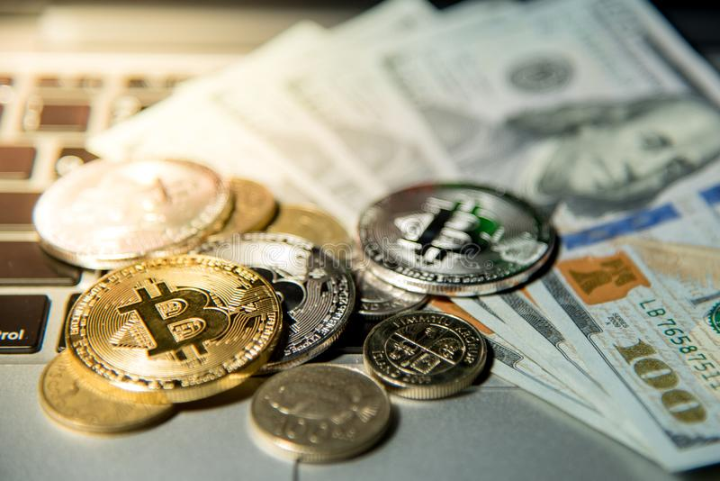 Bitcoin met dollarbankbiljet, cryptocurrency en digitale betaling stock foto